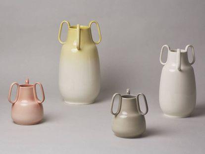 No todo son vajillas con flor de lys en La Cartuja de Sevilla. La colección Vega 175 x Isaac Piñeiro integra una serie contemporánea de jarrones, candelabros y perchas desarrolladas con impresión en 3D. |