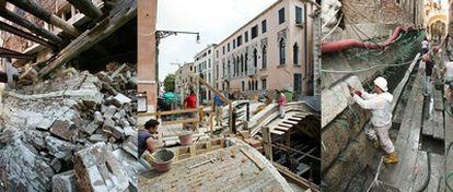 A la izquierda, un derrumbe en verano de 2003 en el canal de San Bárnaba. En el centro y a la derecha, trabajos en algunos canales y edificios históricos de Venecia.