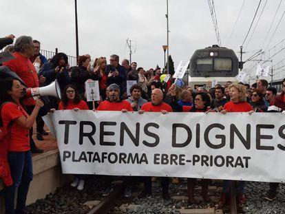 Los manifestantes, durante el corte de las vías en L'Aldea.