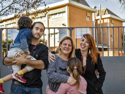 Los padres de Cristian, Toni Martínez y Cristina Defez, posan con sus hijos y su abogada.