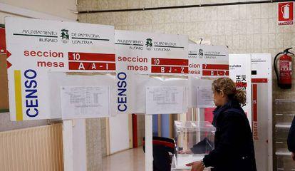 Colocación este miércoles de los paneles, urnas y papeletas en un colegio electoral