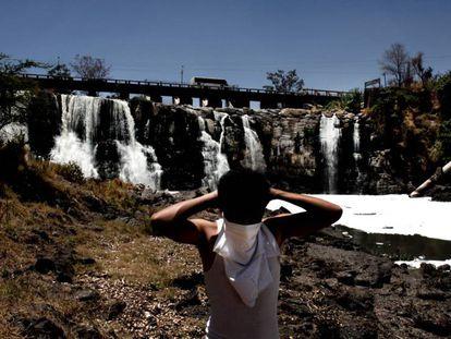 Un niño frente a las cataratas de Juanacatlán, en Jalisco (México). En video, los residuos contaminantes fluyendo por las cataratas.