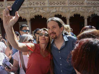Pablo Iglesias, en Guadalajara con una simpatizante.