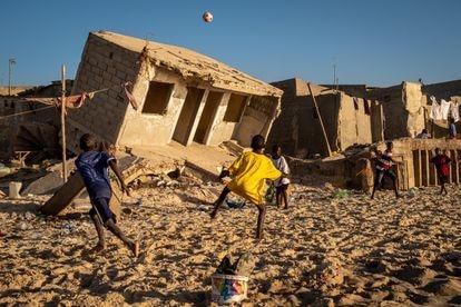 Antes la playa tenía 800 metros de largo, pero el mar está avanzando y dejando cada vez menos espacio. Unos niños juegan en lo que queda del arenal frente a casas destruidas por el agua.