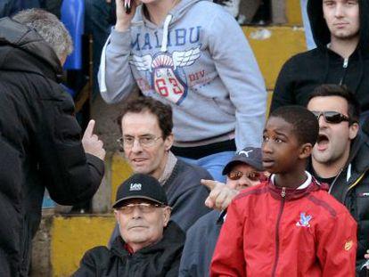 Jose Mourinho con el recogepelotas durante el encuentro de este sábado.