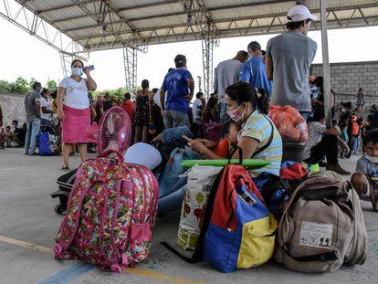 Desplazados venezolanos llegan a Colombia, después de los choques.