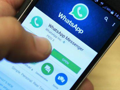 Un usuario descarga la aplicación Whatsapp en su móvil, en una foto de archivo.