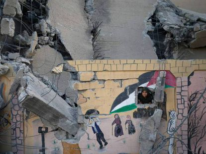 Un chico palestino asoma por el muro de una escuela destruida en un ataque israelí, el martes en Gaza. En vídeo, crónica desde el terreno del asesinato de Hamed Judari el pasado domingo.
