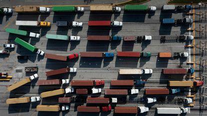 Camiones con contenedores en el puerto de Baltimore, el 14 de octubre.