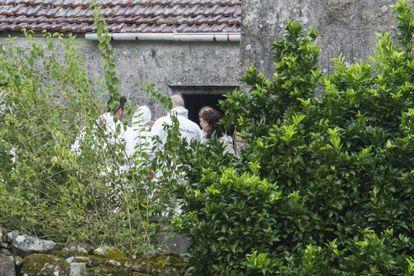 Agentes de inspección ocular de la Guardia Civil registran con la juez de Padrón encargada del suceso la casa del cura de Cruces.