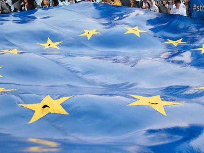 Bandera dela Union Europe durante los comicios