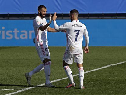 Hazard y Benzema celebran el gol del belga ante el Huesca en el Alfredo Di Stéfano.