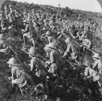Tropas británicas en su avance hacia Galípoli el 6 de agosto de 1915