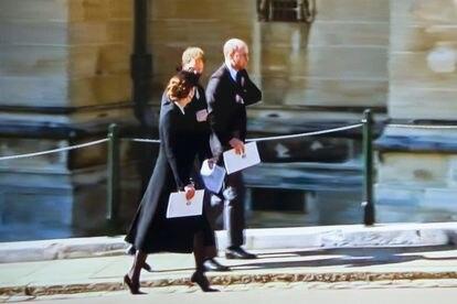 Guillermo y Enrique, con Kate Middleton, de camino al castillo de Windsor tras el funeral.