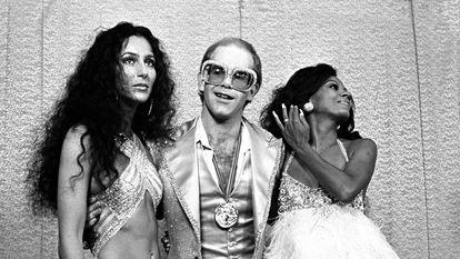 Cher, Elton John y Diana Ross posan en los Rock Music Awards de 1975. Los dos primeros fueron acusados de incluir referencias ofensivas respecto a minorías raciales en sus letras.