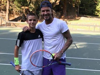 Romeo y David Beckham jugando al tenis, en una foto de Instagram.