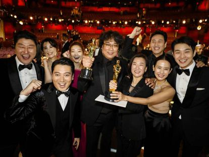 El equipo de 'Parásitos' posa con sus estatuillas. En vídeo, resumen de la gala de los Oscar.