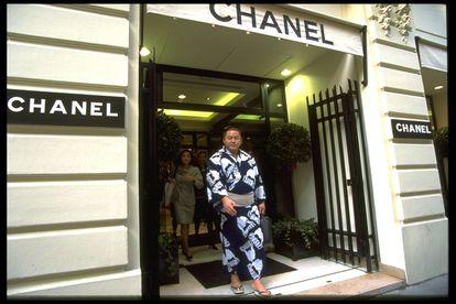 Grande y bien vestido: un luchador de Sumo sale de una boutique de Chanel en París en 1995.
