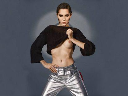 La modelo con un suéter de Chanel y pantalones plateados de Isabel Marant.