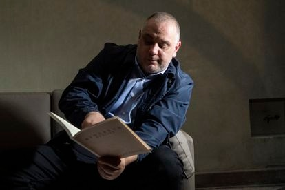 Marino Massimo De Caro, ojea un facsímil del 'Sidereus Nuncius' de Galileo durante la entrevista, el pasado lunes en Verona (Italia).