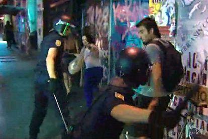 Imagen de un vídeo, en el que los antidisturbios pegan reiteradamente a un joven.