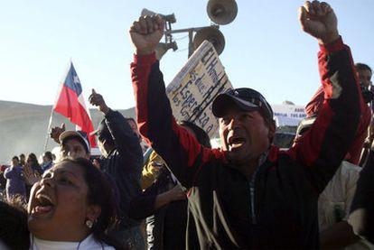 Familiares de los mineros atrapados celebran la noticia de que éstos siguen con vida.