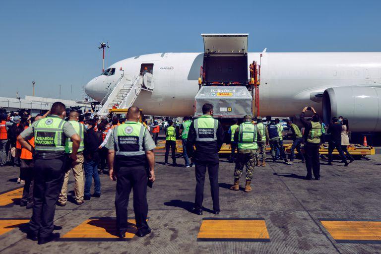 Miembros de la Guardia Nacional custodian la llegada de vacunas de Pfizer-BioNTech a México, este martes.