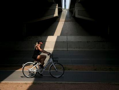 Una ciclista, en un paso subterráneo de la población en Tulsa.