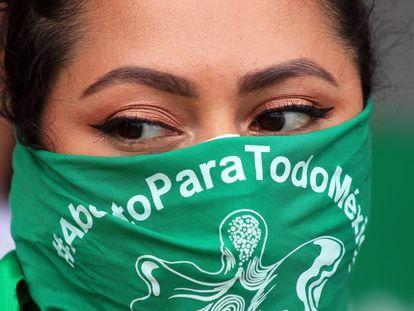 Una mujer porta un pañuelo a favor de la despenalización del aborto en México.