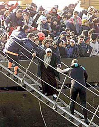 Rescate de los inmigrantes kurdos (unos 900) del barco <b></b><i>East Sea</i>, encallado ante la Costa Azul francesa en febrero.