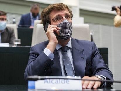 El alcalde de Madrid, José Luis Martínez-Almeida, el martes durante la sesión extraordinaria y urgente en el Palacio de Cibeles.