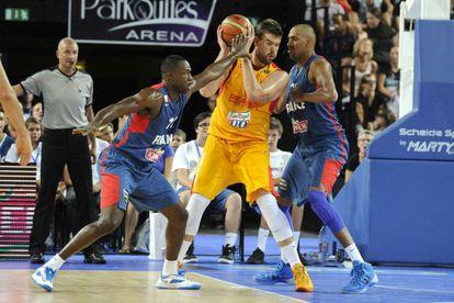 Marc protege el balón ante dos rivales.