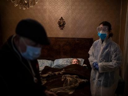 Josefa Ribas, en su domicilio de Barcelona, el 30 de marzo de 2020, una de las fotografías de la serie de Emilio Morenatti sobre los ancianos durante la pandemia.