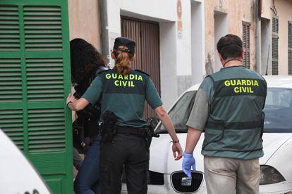 La Guardia Civil investiga el presunto asesinato de una mujer de 28 años de edad y de su hijo de siete.