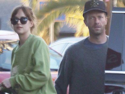 Dakota Johnson y Chris Martin, en Santa Mónica, el pasado agosto.
