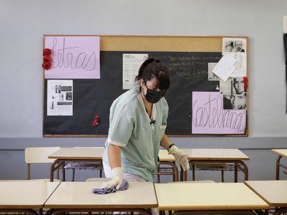 Una mujer limpia y desinfecta el instituto Juan Manuel Zafra.