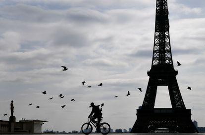 Un ciclista pedalea por la zona de Trocadero, cerca de la Torre Eiffel, en París.
