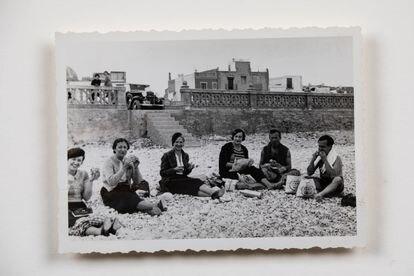 Mundi Torres, Adelita Lobo, Moncha Longás, Pilar Juncosa, Joan Miró i Josep Lluís Sert almorzando en una playa en 1935, durante un viaje a Andalucía. Arxiu Històric del Col.legi de Catalunya