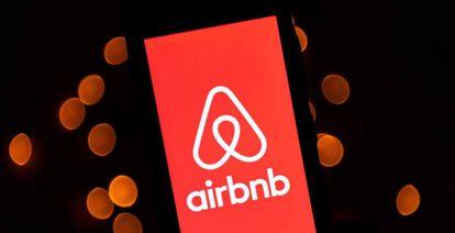Logotipo de Airbnb en un teléfono móvil.