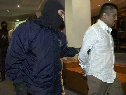 Un agente federal mexicano custodia a Luis Reyes Enríquez, <i>El Rex,</i> miembro el <i>cartel del Golfo</i>.