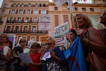 Manifestación a favor de Juana Rivas este jueves en la plaza de Callao, en Madrid.