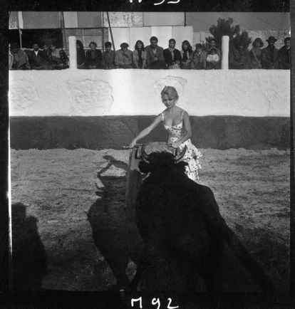 BB, toreando una vaquilla en la plaza de toros de Mijas en 1957. La actriz es hoy una activista pro-derechos de los animales.