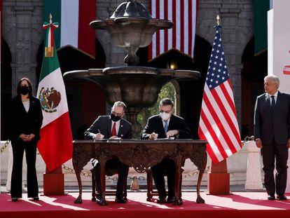 La firma de un acuerdo entre el encargado de negocios de la Embajada de EE UU, John S. Creamer, y el canciller mexicano, Marcelo Ebrard, en junio pasado.