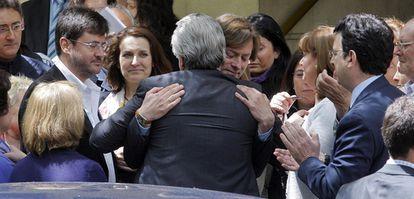 El juez de la audiencia nacional, Santiago Pedraz, abraza a su compañero Baltasar Garzón a las puertas de la Audiencia Nacional, tras ser suspendido por el CGPJ.