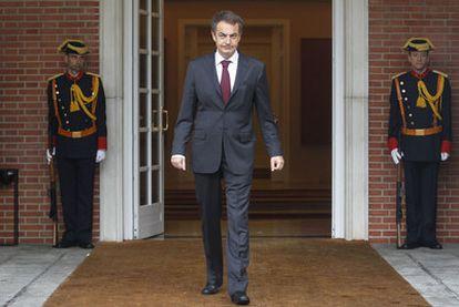 El presidente del Gobierno, José Luis Rodríguez Zapatero, ayer en la puerta del palacio de la Moncloa.