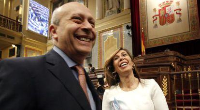 El ministro de Educación, José Ignacio Wert, y la presidenta del PP catalán, Alicia Sánchez-Camacho, poco antes de reunirse en el Congreso.