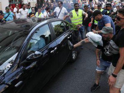 Al término de la manifestación, los taxistas han atacado a varios coches con licencia VTC