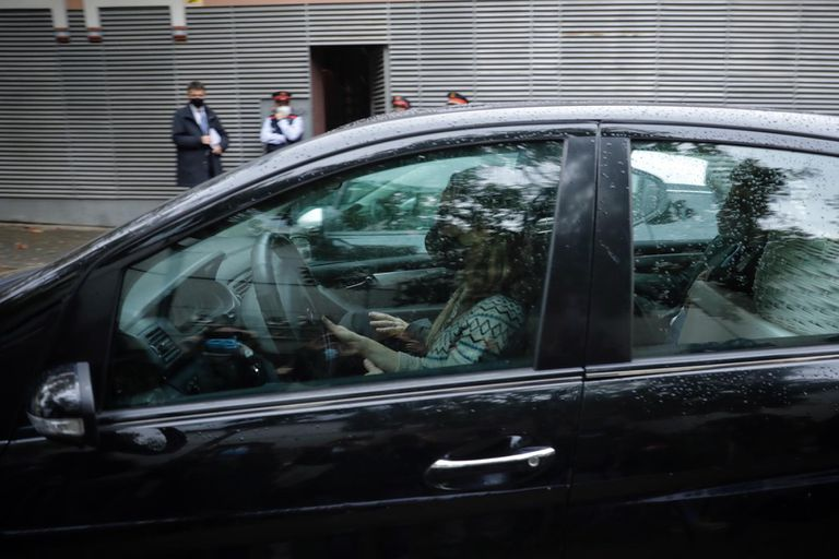 La expareja de Mainat, Angela Dobrowolski, abandona el domicilio que compartía con él tras ser desahuciada, el 4 de noviembre.