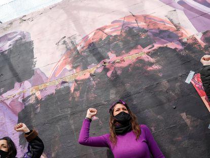 Un grupo de mujeres protesta sobre el mural vandalizado de Ciudad Lineal, Madrid, este lunes.