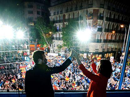 Isabel Díaz Ayuso y Pablo Casado celebran este martes la victoria en las elecciones madrileñas desde la marquesina de la sede del PP. /EFE